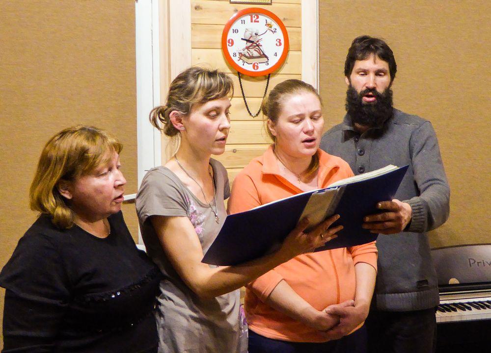 Le dernier soir, à Khoujir sur l'île d'Olkhon, les hôtes chantent pour les enfants.