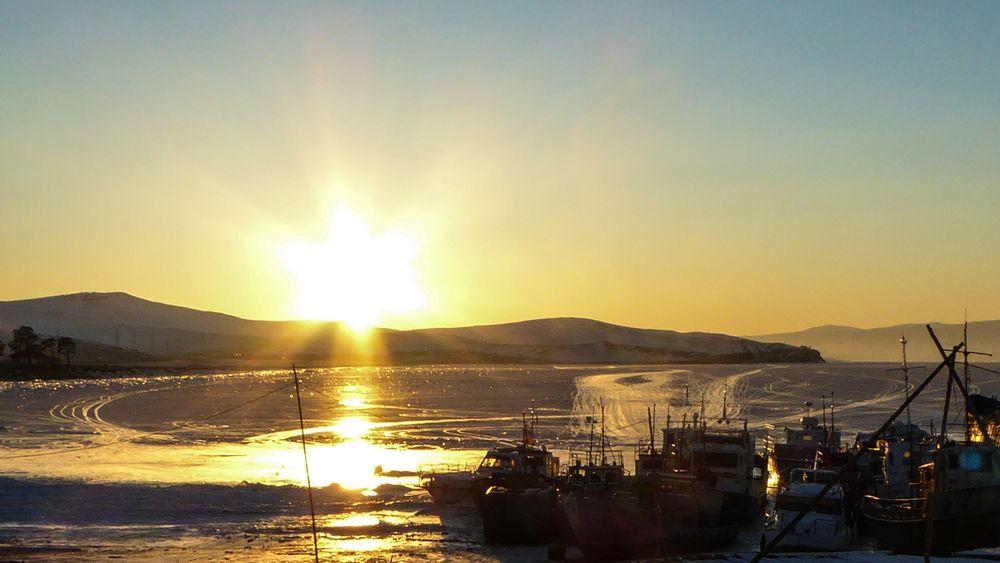 Bateaux immobilisés dans la glace du Lac Baïkal.