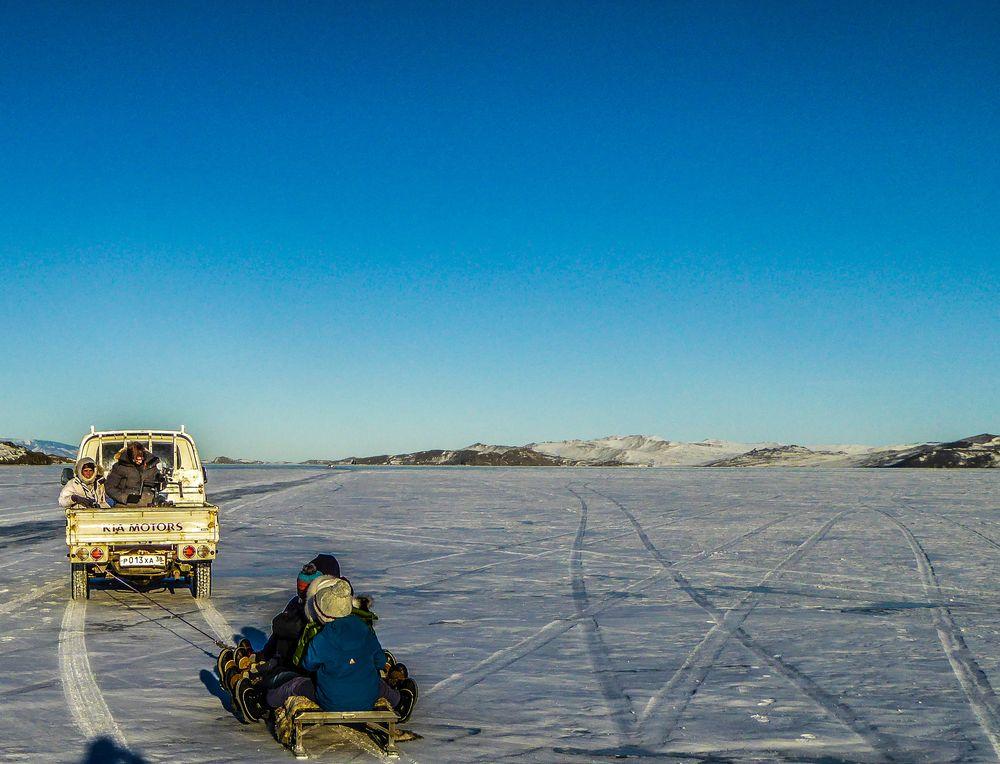 Sergey tire les enfants sur le Lac Baïkal.