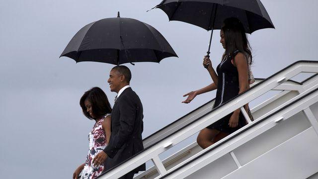 Barack Obama, son épouse et leurs filles descendent d'Air Force One, l'avion présidentiel américain, ce dimanche 20 mars 2016 à La Havane. [Keystone]