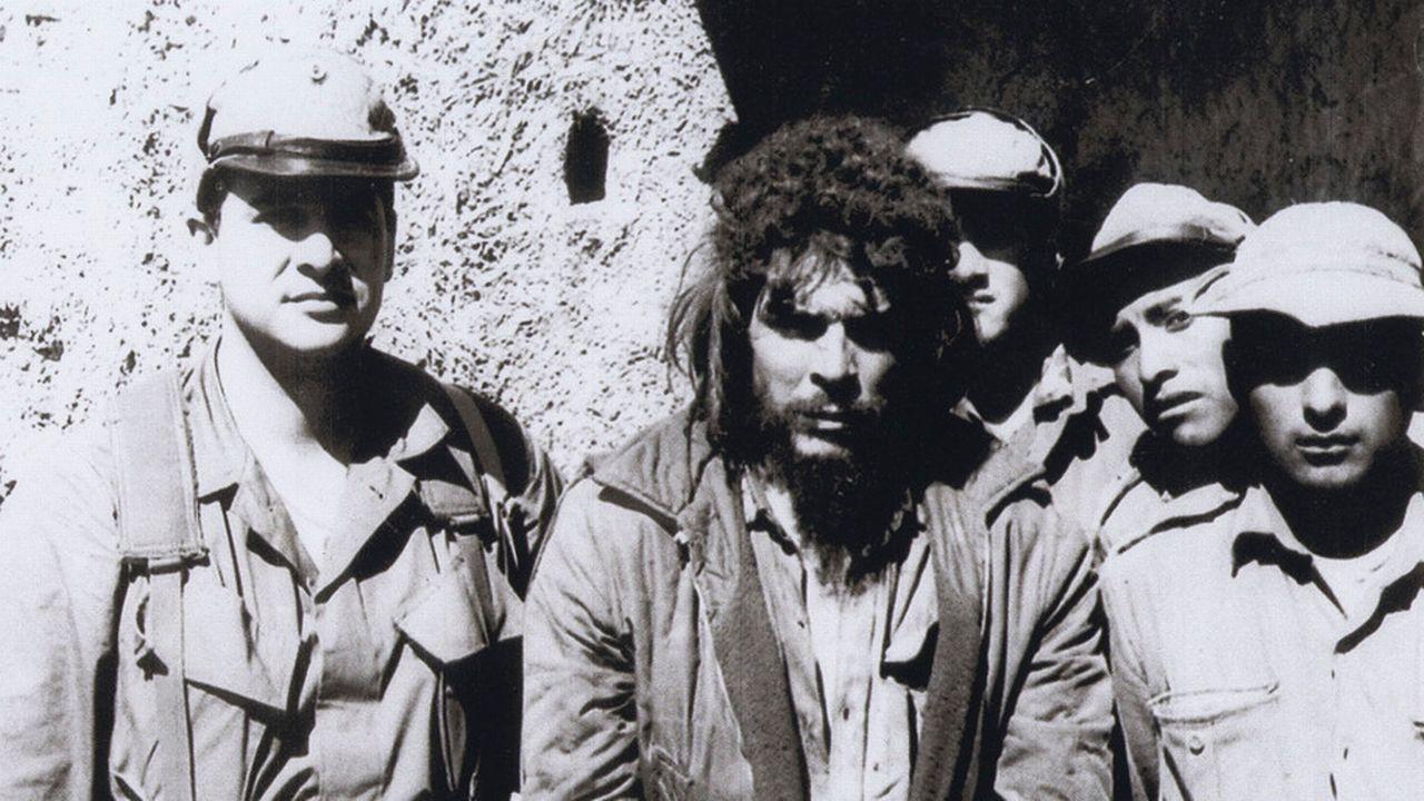 Felix Rodriguez (à gauche) aux côtés de Che Guevara juste avant l'exécution du guérillero en Bolivie en 1967. [Courtesy of Felix Rodriguez - AP/Keystone]