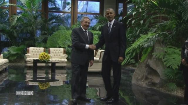Barack Obama et Raul Castro se serrent la main [RTS]
