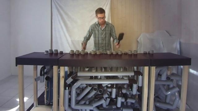 Minimag: un Fribourgeois crée un instrument de musique avec des tuyaux sanitaires [RTS]