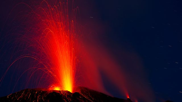 Volcan en éruption [© bierchen - Fotolia]