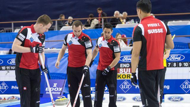 Sven Michel (2e depuis la gauche) et ses partenaires n'ont plus droit à l'erreur à Bâle. [Georgios Kefalas - Keystone]