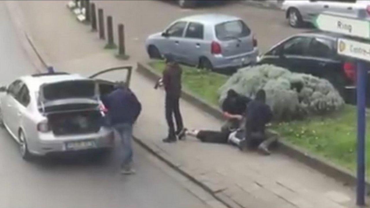 Image de l'arrestation dans le quartier d'Anderlecht, à Bruxelles. [Sebastian Kamran via AP - Keystone]