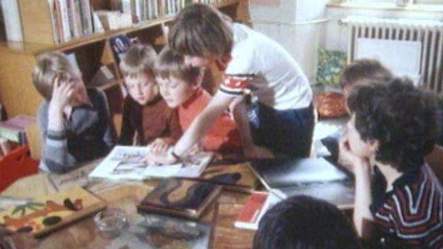 Enfants lisant des albums illustrés [RTS]