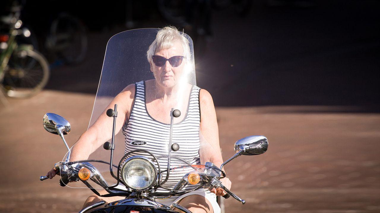Retraitée à moto. [Jaap Arriens - AFP / NurPhoto]