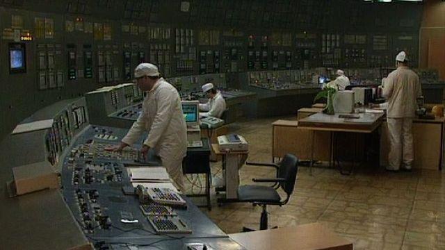 10 ans après le drame, ils travaillent toujours dans la centrale nucléaire de Tchernobyl. [RTS]