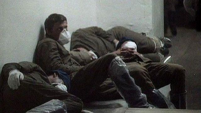 Hommes travaillant à la décontamination du site de Tchernobyl, 1986. [RTS]