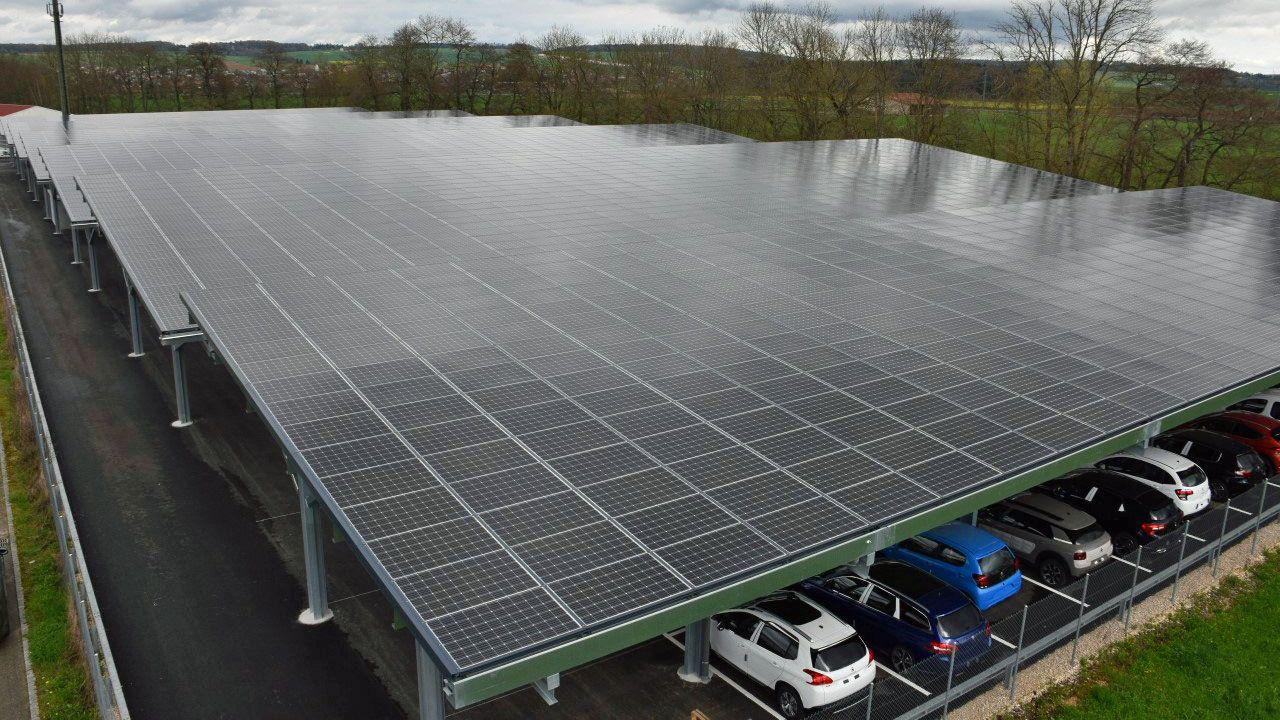 Une partie de la centrale photovoltaïque Gefco à Courgenay. [Gaël Klein - RTS]