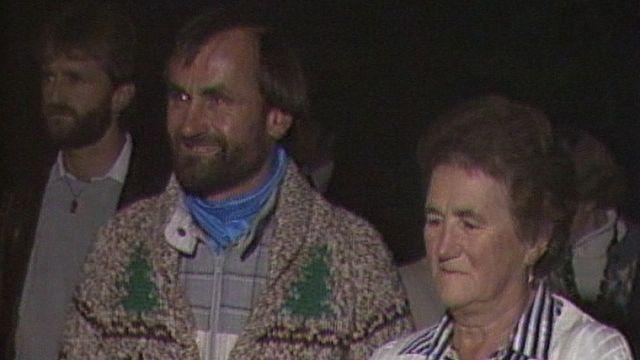 Jean Troillet accueilli par ses proches à Orsières en 1986 [RTS]