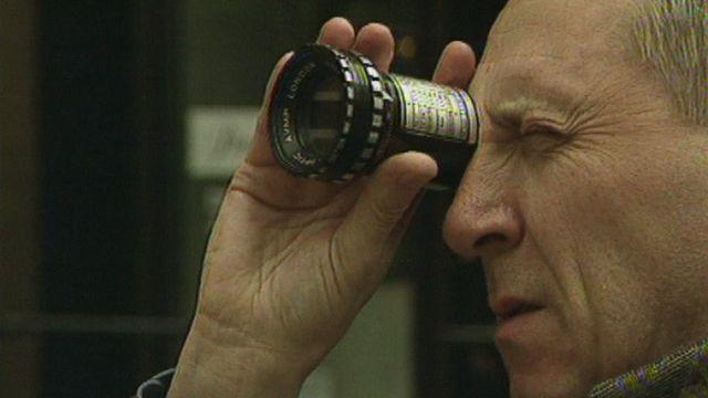 """Peter Greenaway à Genève pour son projet d'escaliers """"Stairs"""" en 1994. [RTS]"""