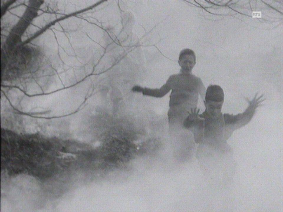 Enfants boutant le feu à un champ en 1964. [RTS]