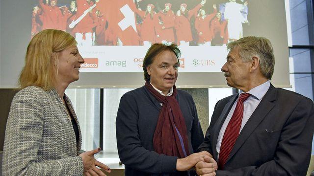 Christian Constantin entouré de Judith Bongard et de Jörg Schild de Swiss Olympic, mercredi à Lausanne. [Christian Brun - Keystone]