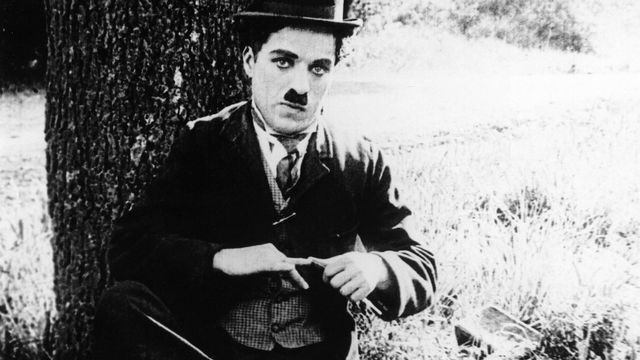"Charlie Chaplin dans ""The Tramp"" en 1915. [AFP]"