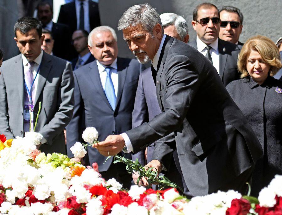 George Clooney a déposé des fleurs au mémorial du génocide à Erevan.