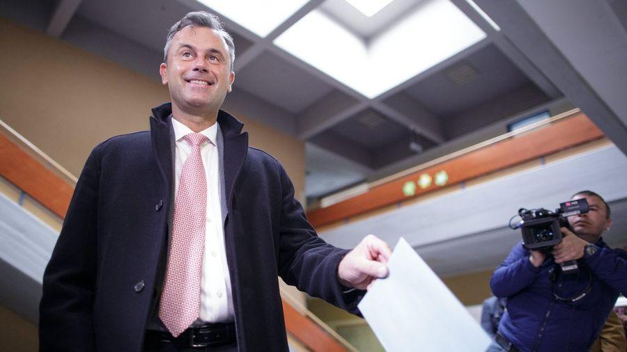Norbert Hofer, remporte 36,7% des voix, réalisant le meilleur résultat de son parti depuis la guerre.