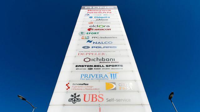 """Un panneau devant le """"A One Business Center"""" à Rolle (VD). [Jean-Christophe Bott - Keystone]"""