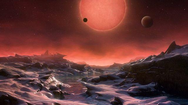 Cette illustration d'artiste, fournie par l'Observatoire européen austral, montre l'aspect que pourrait avoir la surface d'une des planètes gravitant autour de l'étoile TRAPPIST-1. [Martin Kornmesser]