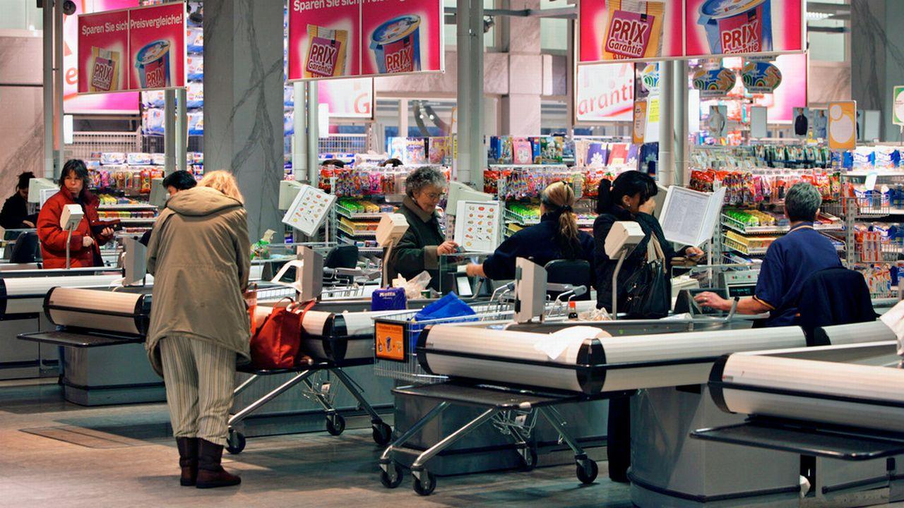 Des clients aux caisses d'un supermarché en Suisse alémanique. [Martin Rütschi - Keystone]