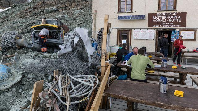 """La culture de l'ingénieur en montagne """"est très importante dans l'identité helvétique"""", selon Bernard Debardieux (ici un gîte en rénovation, à 3260 m d'altitude, en 2013). [Arno Balzarini - Keystone]"""
