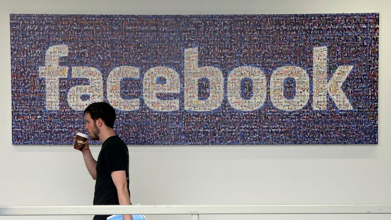 """Facebook est accusé des journalistes partiaux pour éditer les informations qui sont proposées comme des """"sujets tendance"""". [AP Photo/Jeff Chiu - Keystone]"""