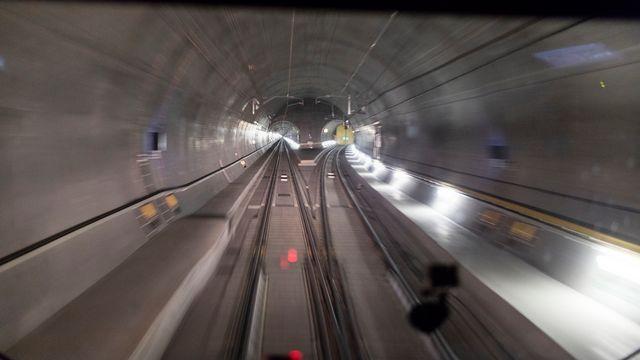 A l'intérieur du système de galeries du tunnel du Gothard. [Keystone]