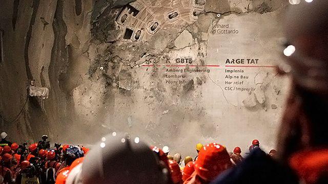 Le tunnel a été percé de bout en bout peu avant 14h20 ce vendredi 15 octobre 2010. [Christian Hartmann - Reuters]