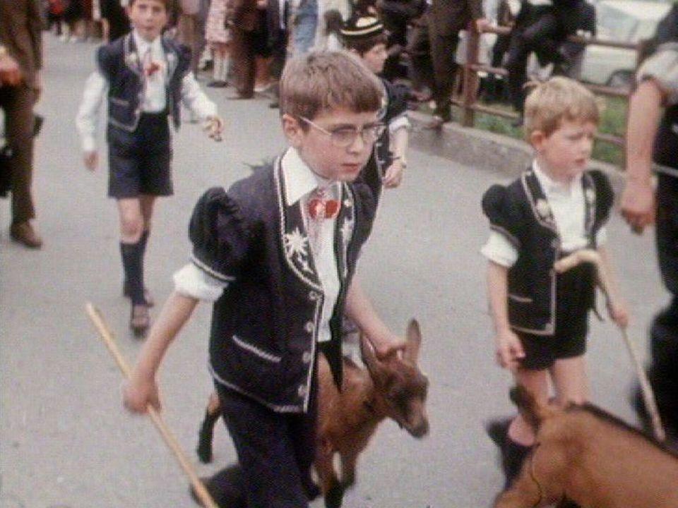 Jeune garçon dans un cortège, Sâles, 1971. [RTS]