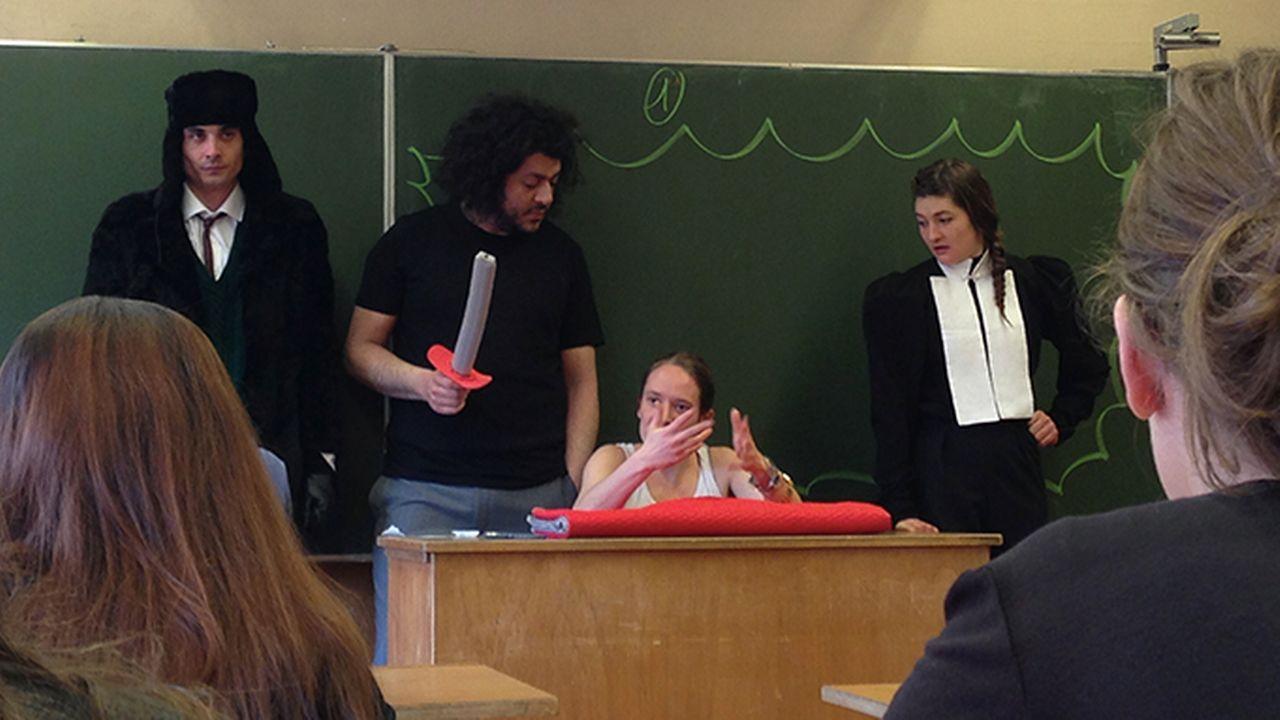 """Une représentation de """"Hamlet dans les écoles"""". [Théâtre de Vidy]"""
