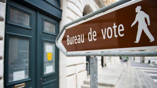 Les Neuchâtelois se rendent aux urnes pour le second tour de l'élection au Conseil d'Etat. [Jean-Christophe Bott - Keystone]