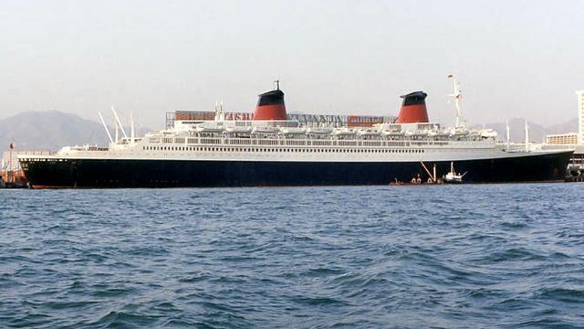 Le paquebot France dans le port de Hong-Kong, lors de son dernier tour du monde en 1974. [DanMS - Domaine public]