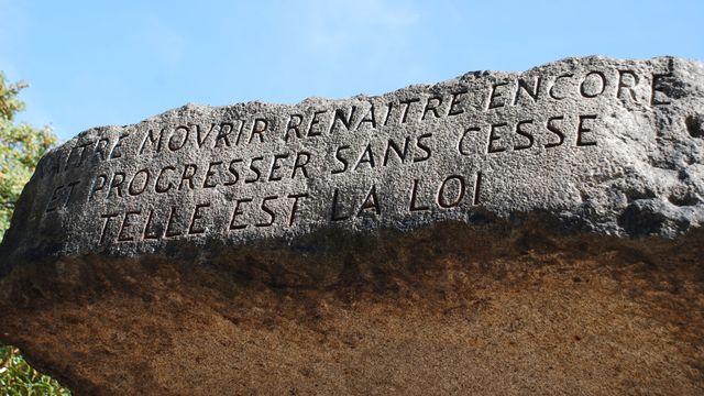 """Inscription au fronton de la tombe d'Allan Kardec: """"Naître, mourir, renaître encore et progresser sans cesse, telle est la loi"""". [FFFFFF6  - CC BY SA]"""