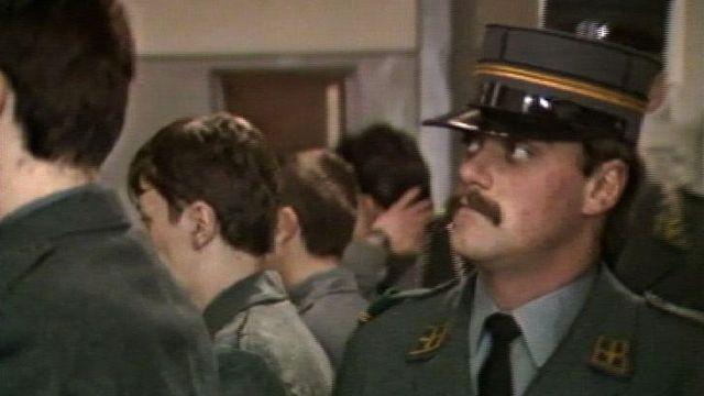 Inspection des cheveux à l'école de recrue, 1985. [RTS]