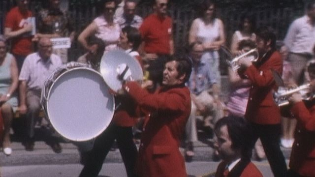 Défilé de fanfare lors de la 26e Fête fédérale de musique de Bienne en 1976. [RTS]