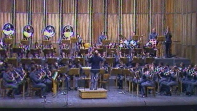 Le Corps de musique l'armée suisse joue au Palais de Beaulieu en 1980. [RTS]