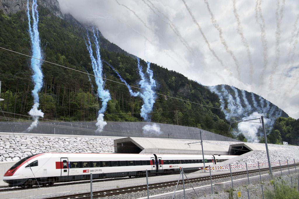 Premier train sortant du tunnel de base du Gothard le jour de son inauguration, le 1er juin 2016.