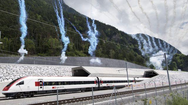 Premier train sortant du tunnel de base du Gothard le jour de son inauguration, le 1er juin 2016. [Laurent Gillieron - Keystone]