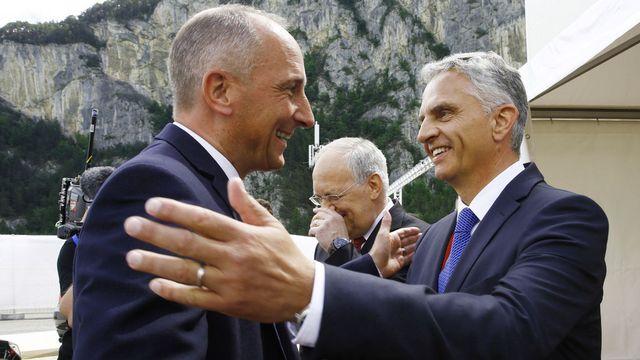 Didier Burkhalter (dte) accueille le Premier ministre du Liechtenstein Adrian Halser à Erstfeld. [Ruben Sprich - Pool/Reuters/Keystone]