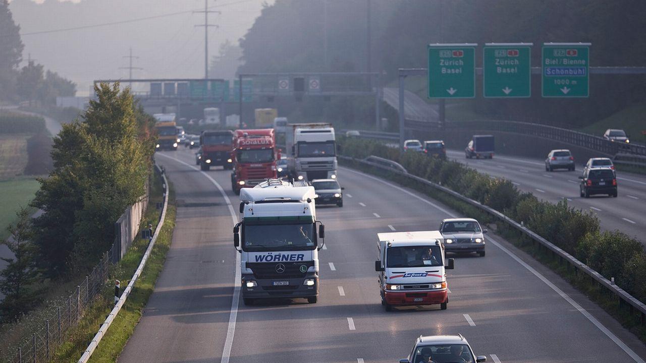 La redevance sur le trafic des poids lourds rapporte 1,5 milliard de francs par an à la Suisse. [Gaëtan Bally - Keystone]