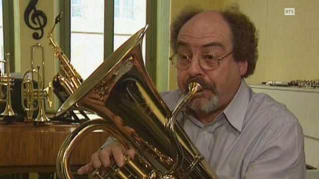 Le musicien suisse Jean-Pierre Chevailler joue de l'euphonium en 2001. [RTS]