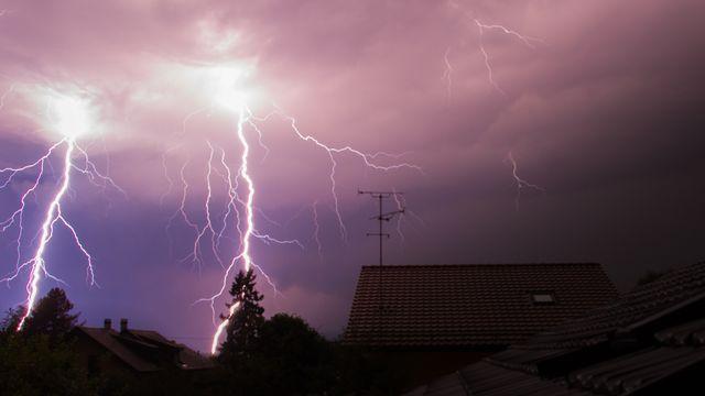 Les orages sont généralement accompagnés d'éclairs et de coups de tonnerre. [Coralie Binder - vosinfos]