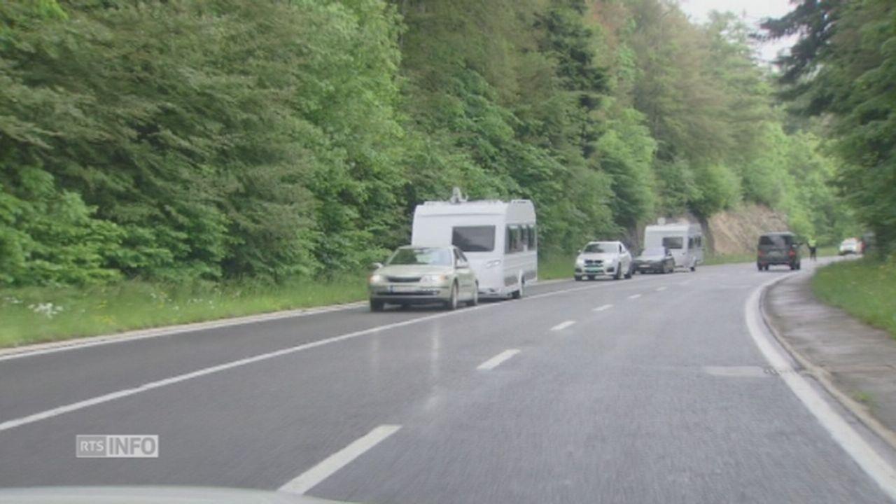 Les gens du voyage quittent La Vue-des-Alpes (NE), escortés par la police [RTS]