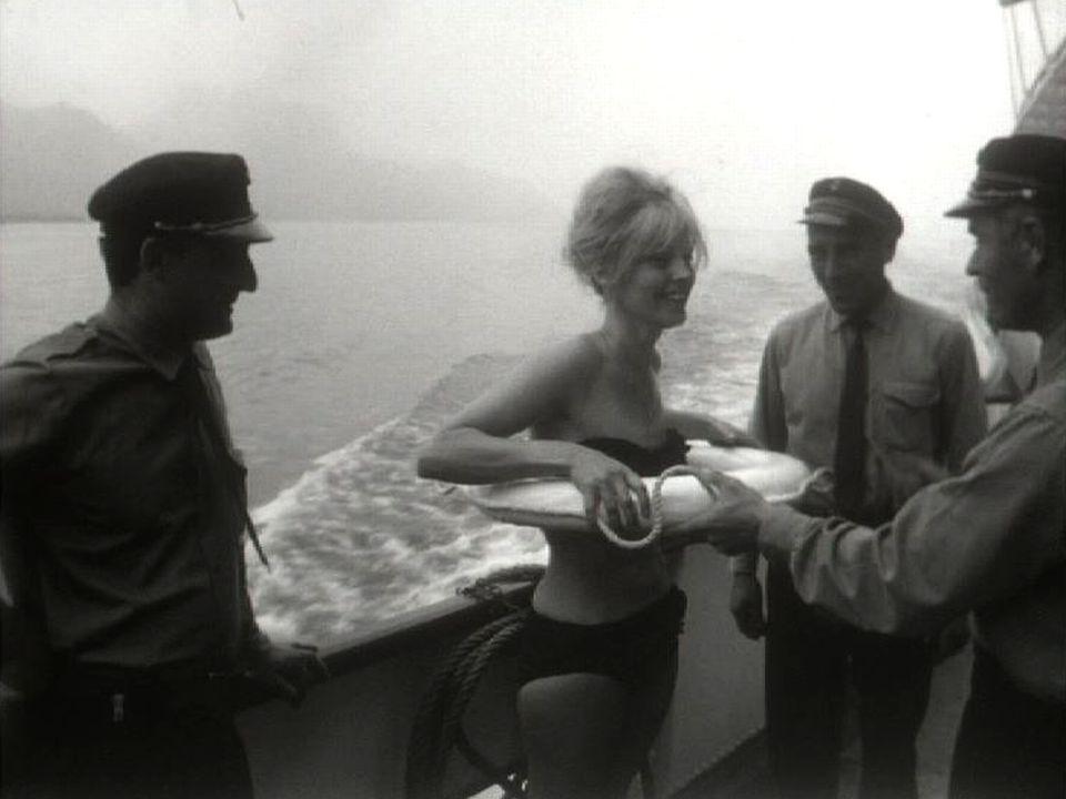 Présentation de bikinis sur un bateau de la CGN. [RTS]