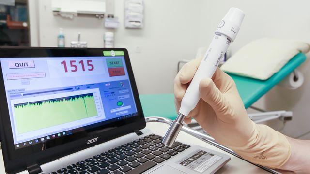 Des sondes légères et sans fil permettent de traquer les cellules cancéreuses et les ganglions suspects lors d'une opération. [Alain Herzog - EPFL]