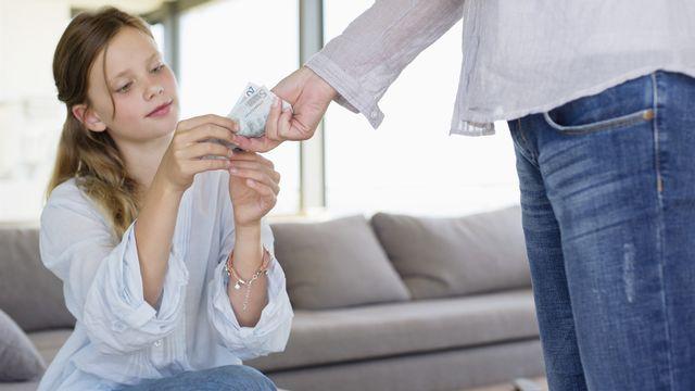Les filles reçoivent moins d'argent de poche que les garçons. [Eric Audras  - Onoky / Photononstop]
