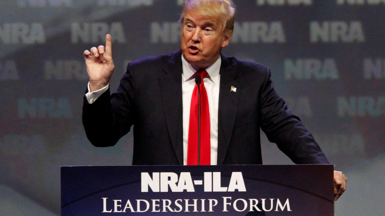 Donald Trump avait promis le mois dernier, lors d'un congrès de la NRA, de défendre le droit de posséder des armes et accusé sa rivale démocrate Hillary Clinton de vouloir l'abolir. [John Sommers - Reuters Pictures]