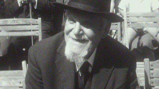 L'écrivain suisse René Morax lors de l'inauguration de son buste à Morges en 1962. [RTS]
