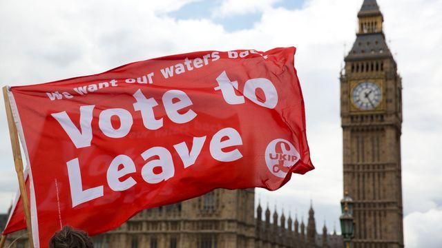 Les partisans du Brexit font campagne sur le pont Westminster à Londres. [Matt Dunham - Keystone]